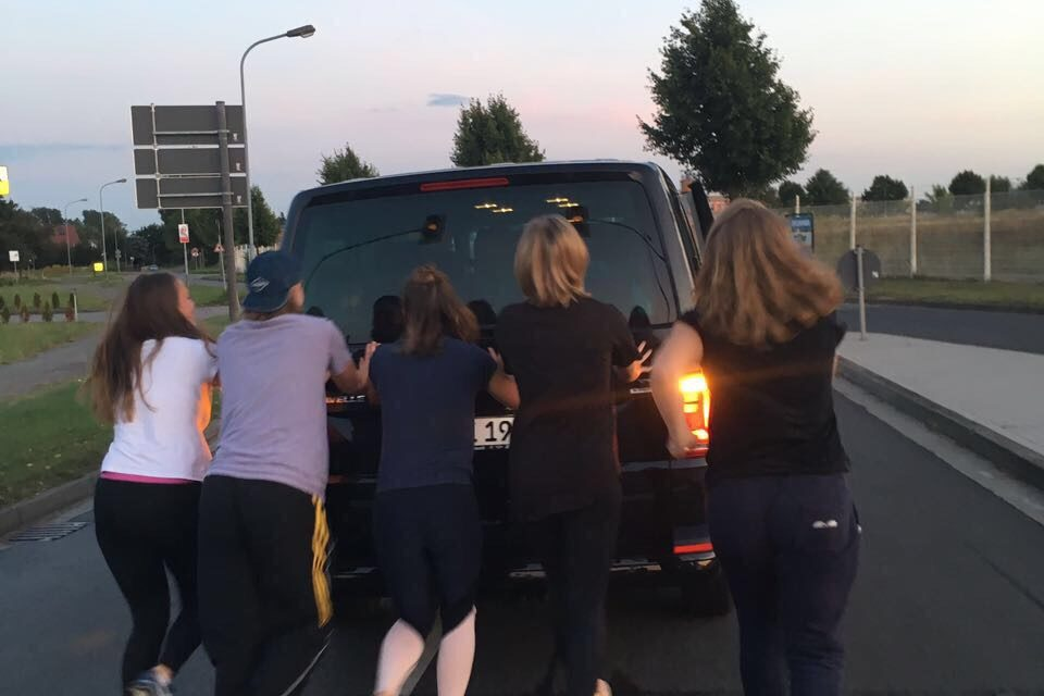 Damen kehren mit leerem Tank aus Hamburg zurück